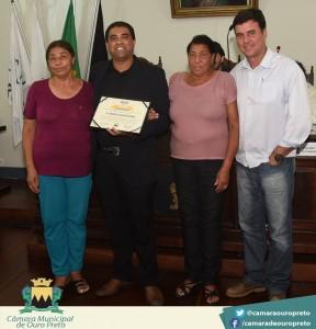 Geralda das Graças (tia), Rodrigo Gomes (homenageado), Geralda Gomes (mãe) e o Vereador Wander.