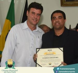 Vereador Wander Albuquerque, autor da indicação da moção, Rodrigo Gomes - Guia Cachoeira, homenageado
